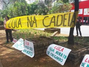 Grupo pequeno protestou em frente ao velório de José Eduardo Dutra pedindo a prisão do ex-presidente Lula (Foto: Flávia Cristini/G1)
