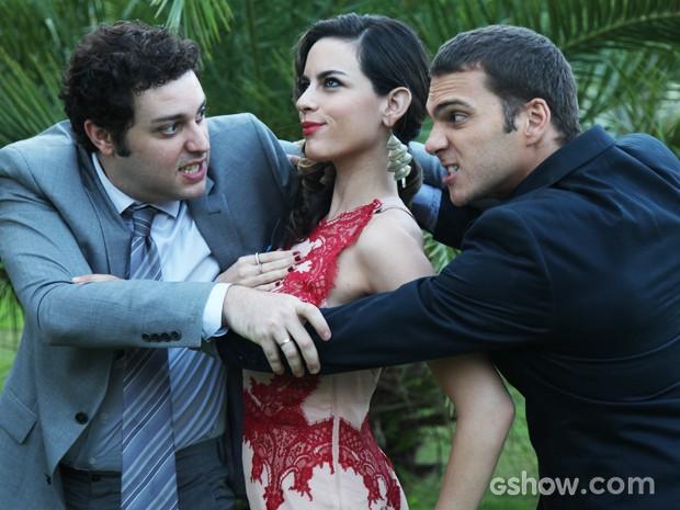 A briga entre os dois personagens diverte os atores (Foto: Carol Caminha / TV Globo)