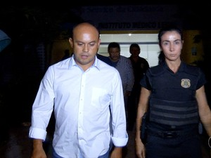 Ex-governador Sandoval chega ao IML de Palmas (Foto: Reprodução/TV Anhanguera)
