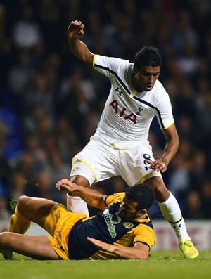 Paulinho disputa bola  (Foto: Getty)