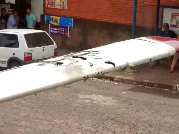 Asas de aeronave encontrada pela polícia estavam com várias marcas de tiros (Foto: Wilson Del Passo/ RPC)
