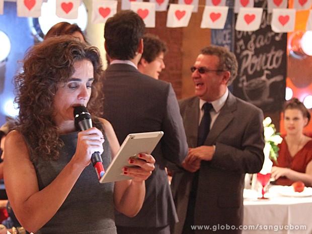 A diretora Maria de Médicis ensaia uma cena com o elenco (Foto: Jacson Vogel/TV Globo)
