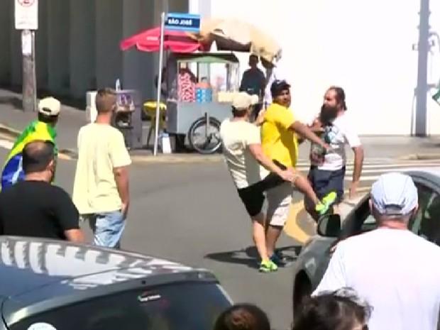 Homem é expulso com chute de protesto em Piracicaba (Foto: Márcio Silveira / EPTV)