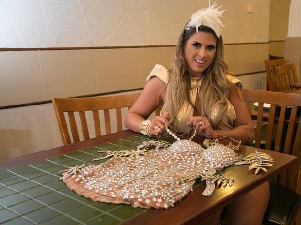 Elen mostra fantasia banhada em ouro e com cristais Swarovski usada no carnaval do ano passado (Foto: Raul Zito/G1)
