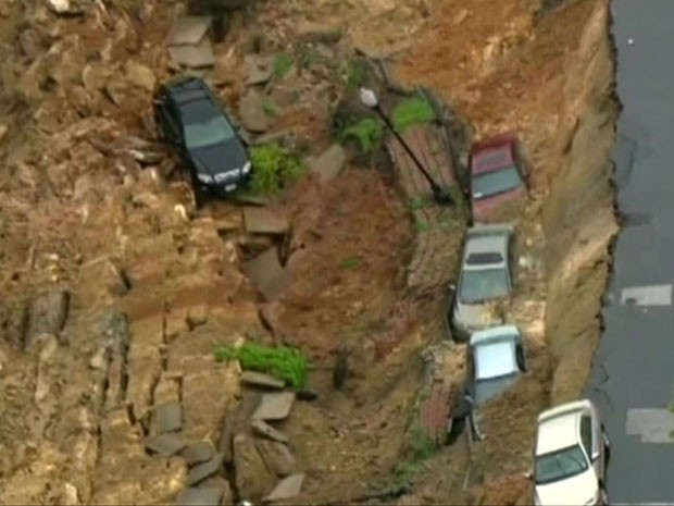 Após dias de chuva, asfalto cedeu e sugou vários carros (Foto: BBC/Reprodução)