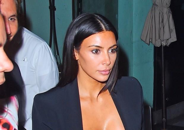 Kim Kardashian ousa ao combinar legging de veludo + sutiã + tamanco em NY (Foto: AKM-GSI )