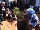 Cristiano Araújo é enterrado sob forte emoção em Goiânia