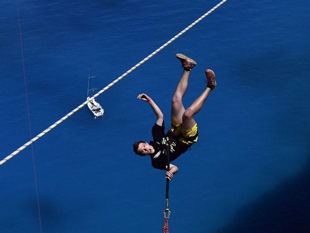 Membro da equipe Dreamjumpers salta em ilha da Grécia (Foto: Louisa Gouliamaki/AFP)