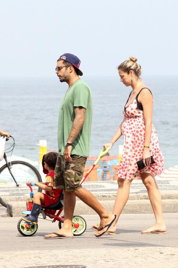 Luana Piovani e Pedro Scooby passeiam com o filho Dom na orla  (Foto: JC Pereira/AgNews)