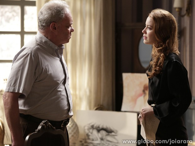 Salvador conta a Sílvia que viu Catarina ser morta por Ernest (Foto: Fábio Rocha/TV Globo)