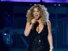 Mariah Carey aposta em vestido decotado em estreia de turnê