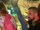 Mais magro, Luciano Camargo mostra elasticidade no carnaval