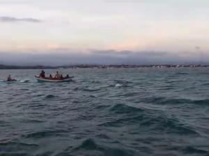 DEfesa Civil resgata jovens e crianças que estavam em barco à deriva no mar de Anchieta (Foto: Douglas Pereira/ Defesa Civil de Anchieta)