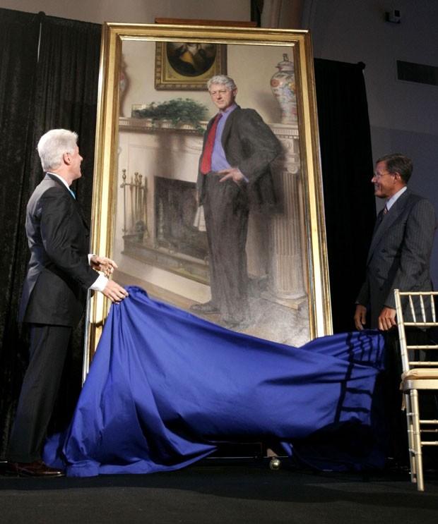 O ex-presidente Bill Clinton vê quadro que o retrata em abril de 2006. O artista que pintou a obra para o America's National Portrait Gallery revelou que incluiu o quadro de um vestido na obra, uma referência ao relacionamento de Clinton com Monica Lewinsky (Foto: Haraz N. Ghanbari, File/AP)