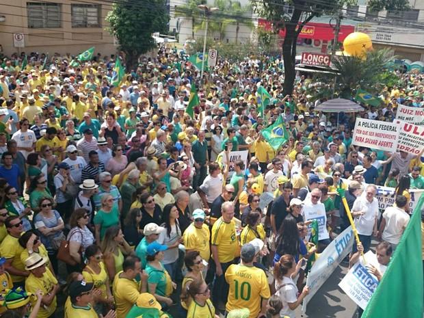 Manifestantes se reúnem em frente ao Mercadão em São José do Rio Preto (Foto: Renata Fernandes/G1)