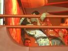 Megan Fox é agarrada pelo marido em camarote na Sapucaí