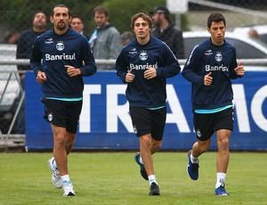 Moisés (D) trabalha com grupo do Grêmio em intertemporada (Foto: Lucas Uebel/Grêmio FBPA)