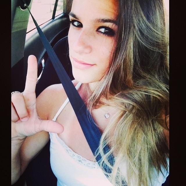"""Jade Barbosa faz letra L de """"Força, Lais"""" (Foto: Reprodução / Instagram)"""
