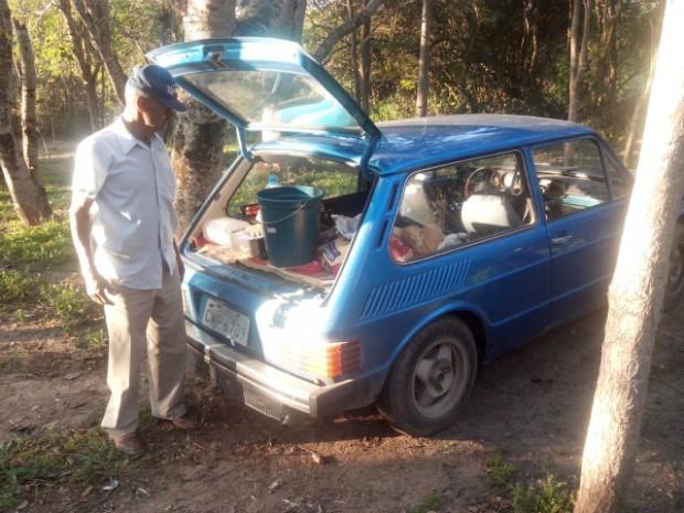 Com carro emprestado, o aposentado continua o trabalho (Foto: Carlos Alberto Soares / TV TEM)