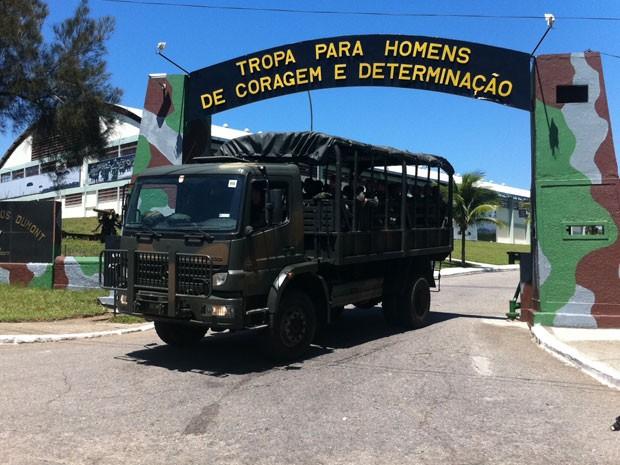 Várias tanques deixaram o quartel no final da manhã desta segunda-feira (01)  (Foto: Foto: Janaina Carvalho/G1)