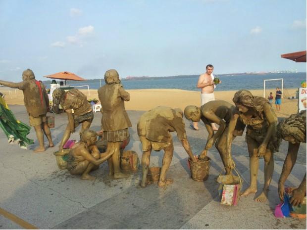 Manifestantes se limpando na Praia de Camburi, em Vitória (Foto: Naiara Arpini/ G1)