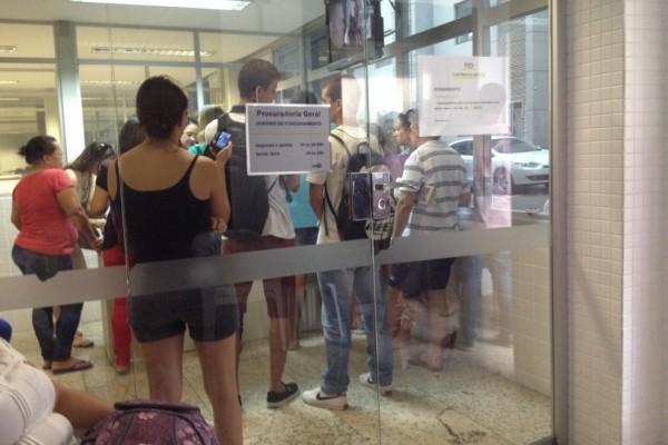 Alunos enfrentam longas filas para tentar financiamento no ES (Foto: Natalia Devens/ CBN Vitória)