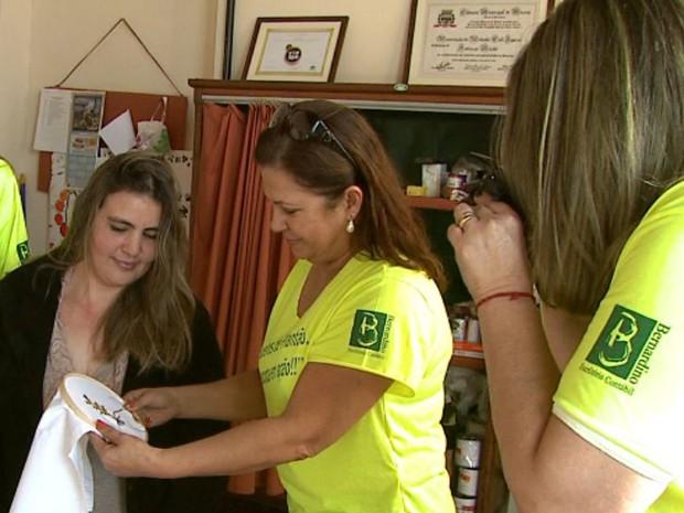 Integrantes percorrem os pontos turísticos da cidade para registrar o trabalho feito (Foto: Reprodução/EPTV)
