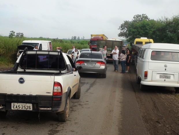 Motoristas ficaram parados em rodovia na manhã desta quarta durante protesto (Foto: Edijan Del Santo/EPTV)