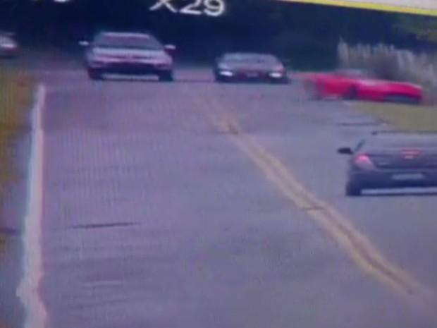 O carro esportivo acaba saindo da pista e cai no córrego logo ao lado da via (Foto: G1)