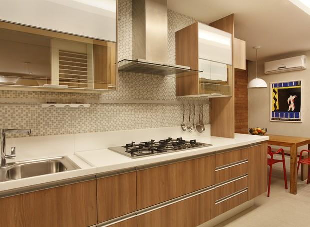 Cozinha | A marcenaria é destaque no ambiente. Os armários são assinados pela Roma Móbile (Foto: Juliano Colodeti - MCA Estúdio/Divulgação )