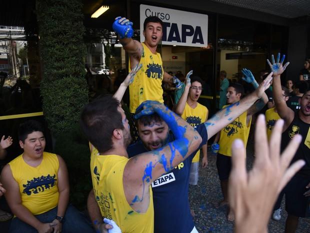 Estudantes fazem festa para comemorar a aprovação no vestibular da Fuvest (Foto: Fabio Tito/ G1)