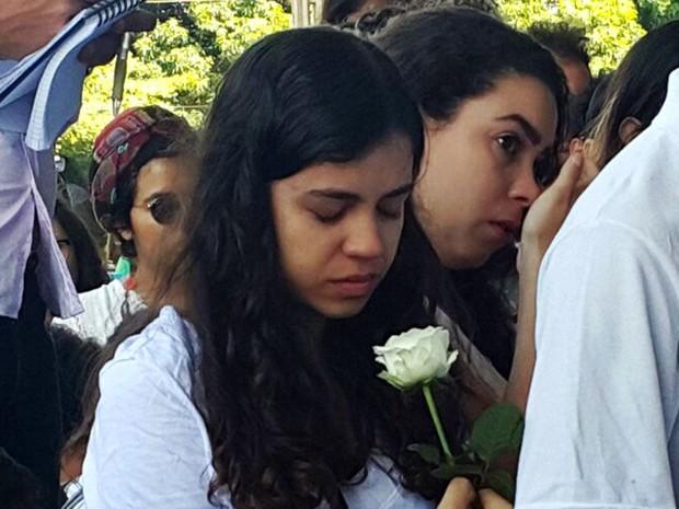 Estudante com flor branca durante evento na UnB nesta segunda-feira (14) em homenagem a Louise Ribeiro (Foto: Raquel Morais/G1)