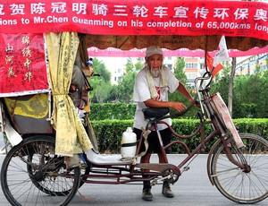 Chen Guanming chinês ciclista que pedala ao redor do mundo (Foto: AFP)
