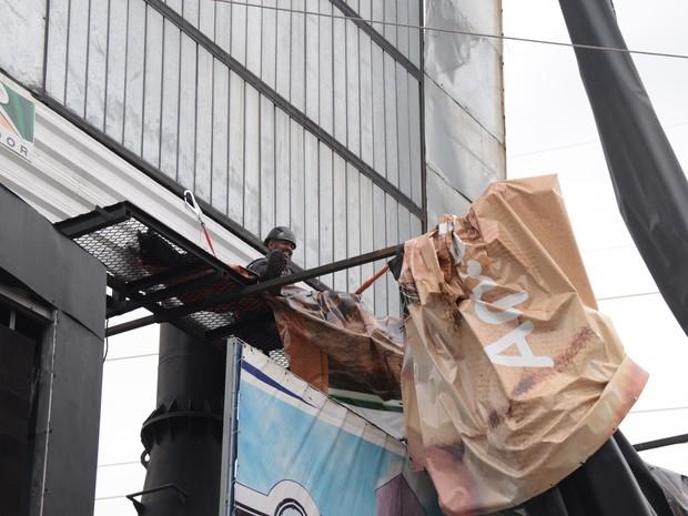 Lona se desprendeu de outdoor na Zona Sul de Sorocaba (Foto: Júlio Leite/ Divulgação)