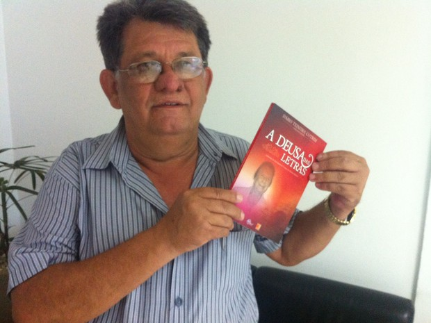 """Dário Teixeira Cotrim, organizador do livro """"A deusa das letras"""".  (Foto: Alexandre Fonseca/G1)"""