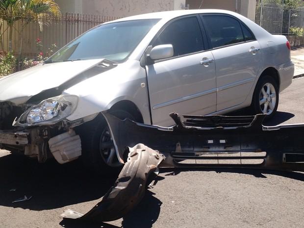 Condutor do carro não ficou ferido, segundo os bombeiros (Foto: Cláudio José/Cedida)