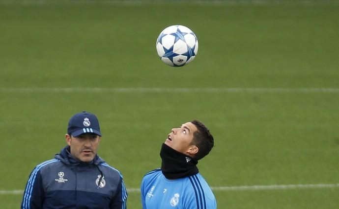 Cristiano Ronaldo bola Liga dos Campeões treino Real Madrid (Foto: Reuters/Susana Vera)