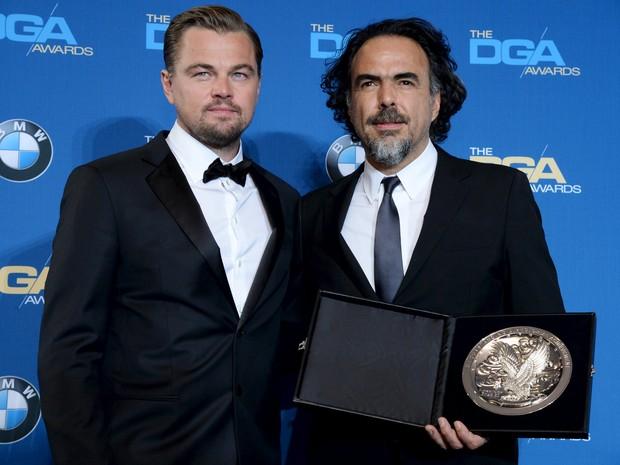 Leonardo DiCaprio e Alejandro Iñárritu, ganhador do prêmio do Sindicato dos Diretores por 'O regresso' (Foto: Phil McCarten/Reuters)