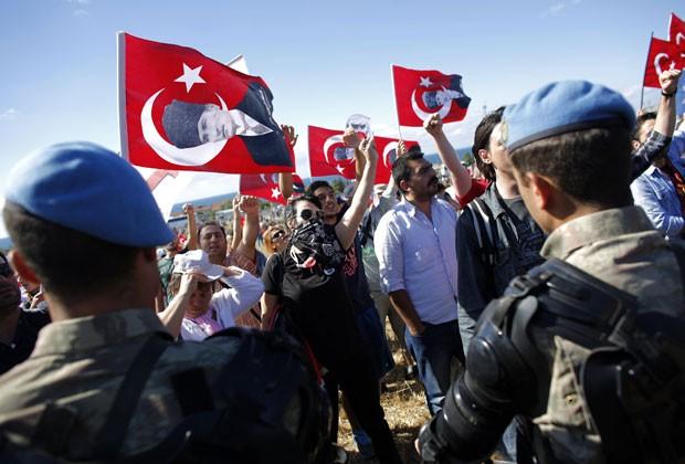 Manifestantes são impedidos pela polícia de chegar a tribunal onde ocorre julgamento na Turquia (Foto: Murad Sezer/Reuters)