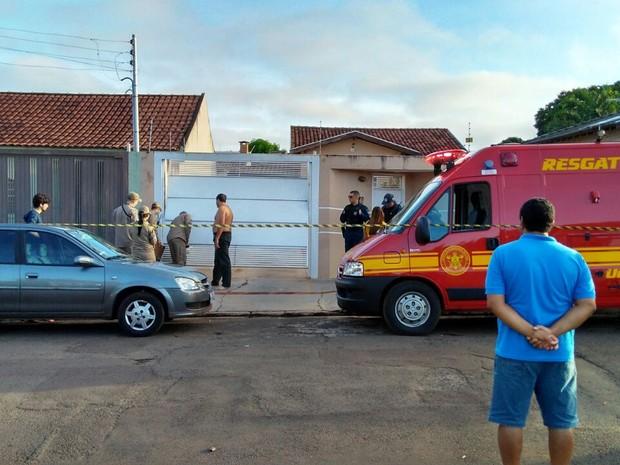 Bombeiros e polícia isolaram frente da casa onde mulher morreu (Foto: Osvaldo Nóbrega/ TV Morena)
