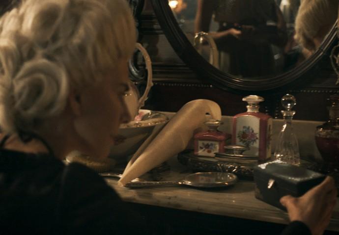 Dionísia encontra caixinha em seu quarto (Foto: TV Globo)