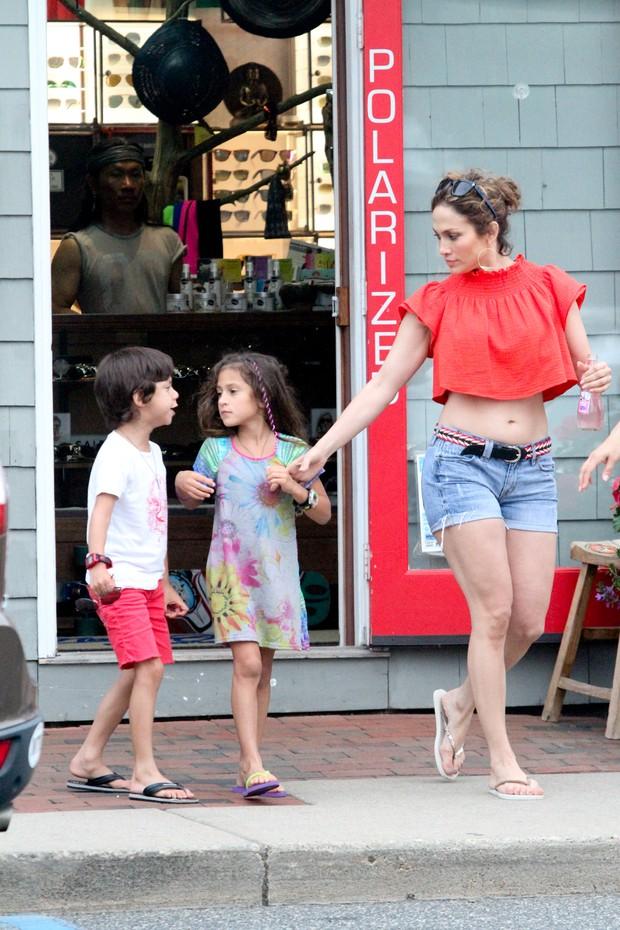 Jennifer Lopez e os filhos, Maximilian David e Emme Maribel, em Nova York, nos Estados Unidos (Foto: Grosby Group/ Agência)