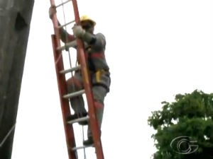 Ação da Eletrobras Alagoas para combater inadimplentes (Foto: Reprodução/ TV Gazeta)