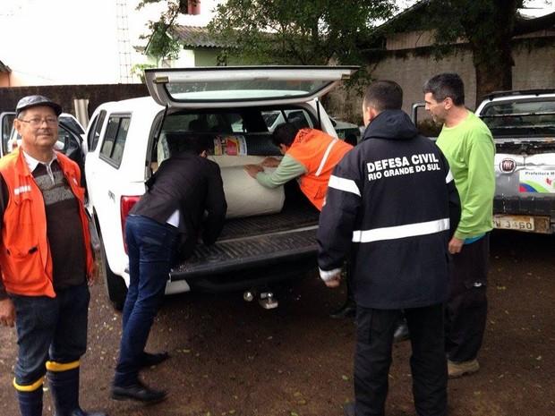 Equipes da Defesa Civil auxiliam famílias atingidas pelo granizo em Taquara (Foto: Divulgação/Defesa Civil)