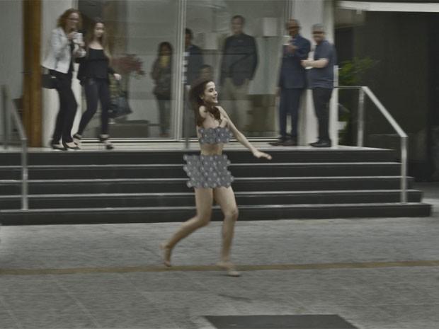 Maria Casadevall corre pelada pela rua de SP na pele de Margot (Foto: TV Globo)