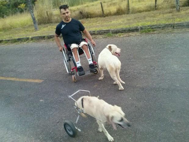 Atleta paralímpico Marcondis Nascimento brinca com cadela Vicky e outro cão no DF (Foto: Marcondis Nascimento/Arquivo pessoal)