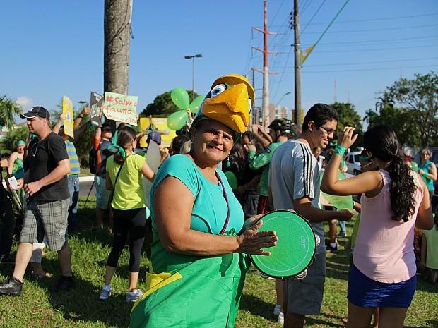 Sandra foi fantasiada de periquito à manifestação (Foto: Marcos Dantas/G1 AM)