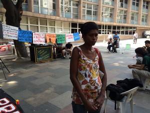 Mãe de Rafael Braga está na porta do tribunal (Foto: Henrique Coelho / G1)