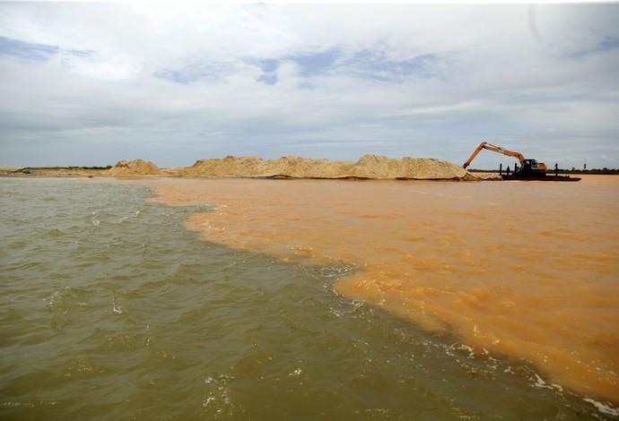 Regência lama espírito santo praia (Foto: Marcelo Carnaval/ O Globo)