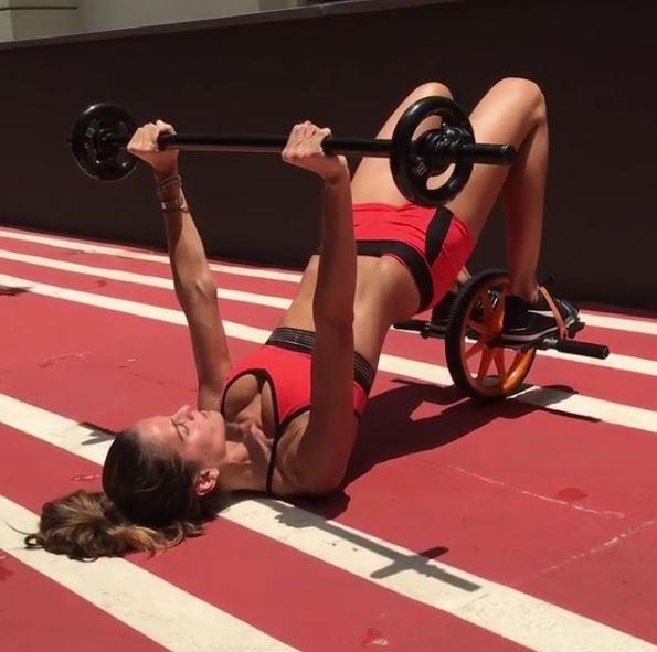 Iza Goulart impressiona com barriga negativa em treino no Brasil (Foto: Reprodução/Instagram)